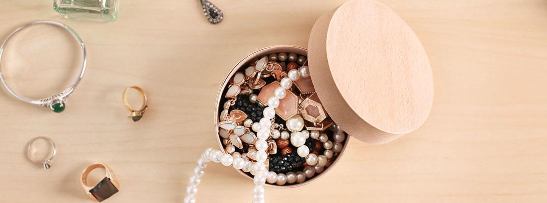 varias joyas sobre una mesa