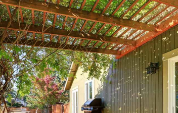 Pérgola con decoración vegetal