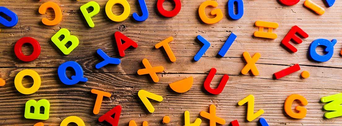 Varias letras de colores sobre una mesa.