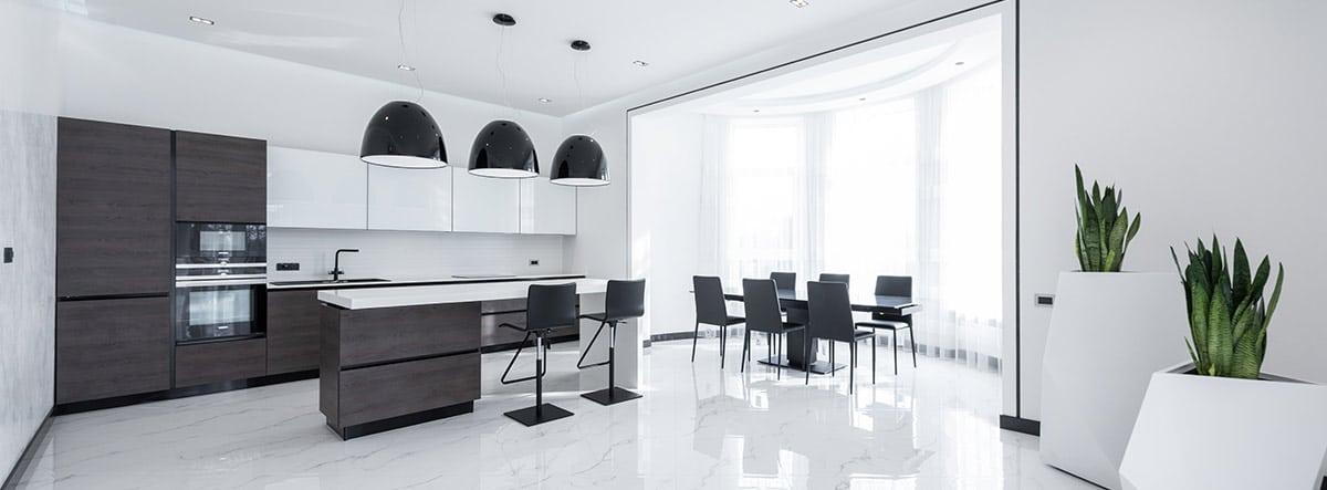 habitación amplia con paredes pintadas de color blanco.