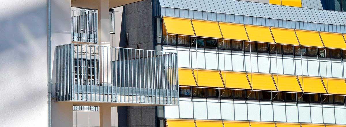 Fachada con varios toldos en color amarillo