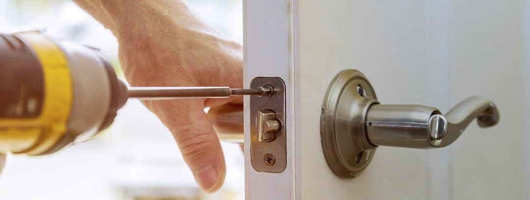 ¿Cómo cambiar el bombín de una cerradura?