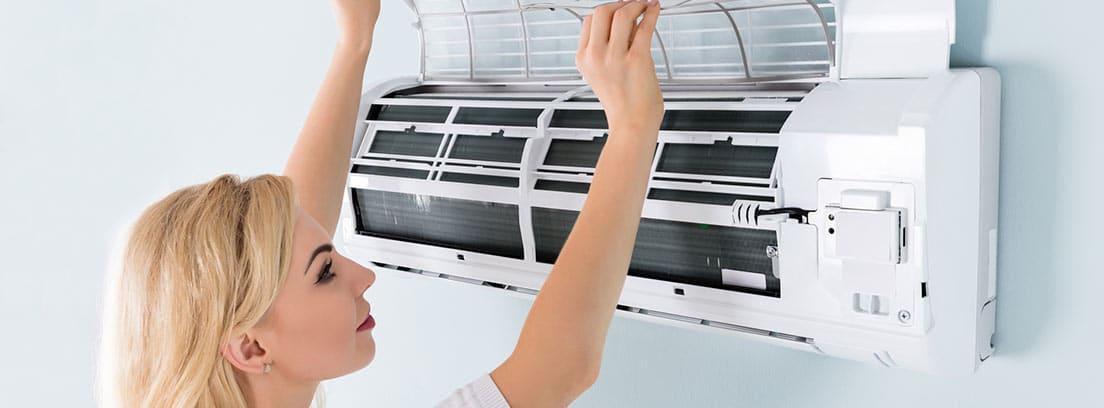 Mujer limpiando filtros aire acondicionado