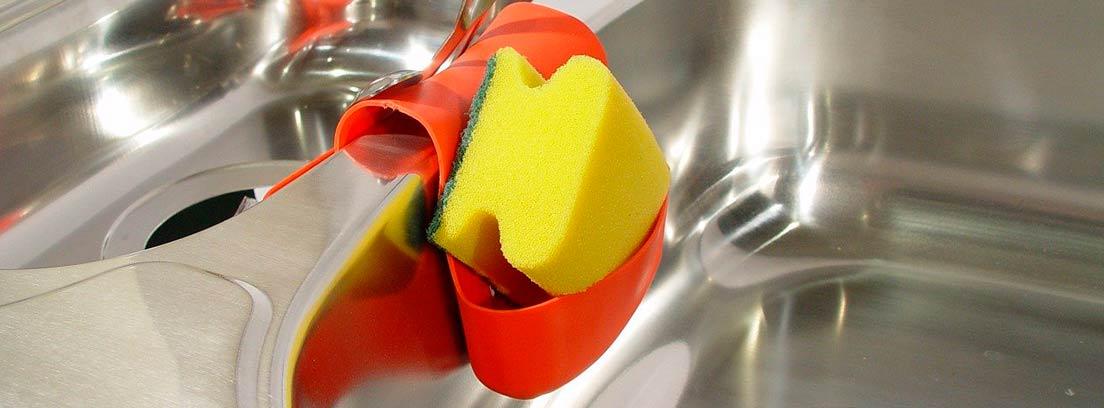 estropajo colgado en soporte de silicona naranja