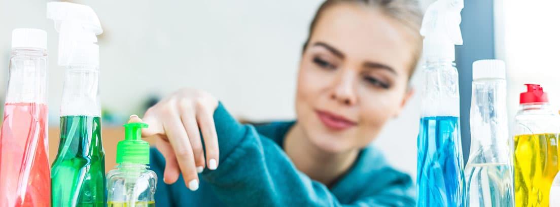 Mujer ordenando productos de limpieza