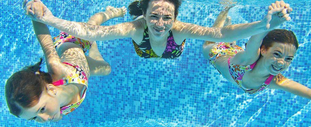 Cómo eliminar el agua turbia de la piscina