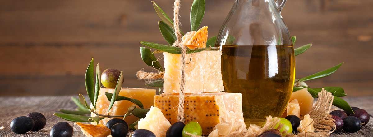 Queso junto a un tarro de aceite de oliva
