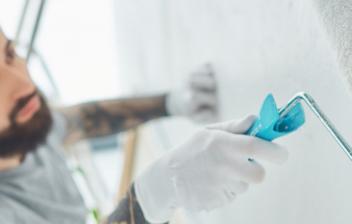 Hombre con rodillo pintando una pared con pintura aislante térmica