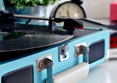 Tocadiscos portátil en una maleta azul