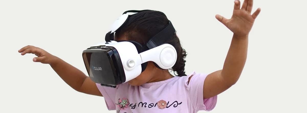 Niña con gafas de Realidad Virtual