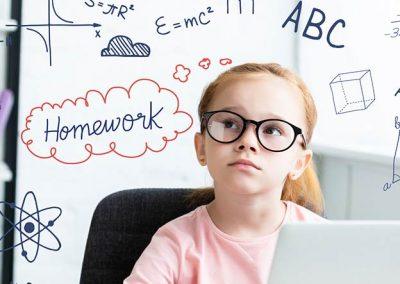 Niña con gafas usando un ordenador