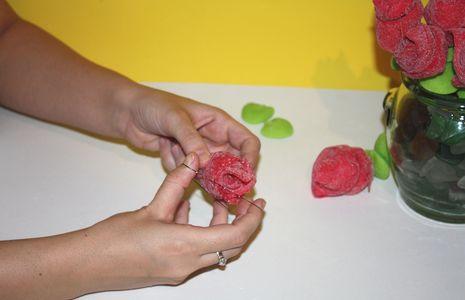 Un ramo de rosas rojas con golosinas