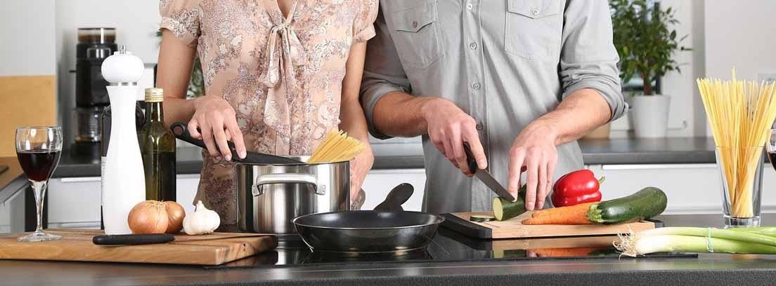 Pareja cocinando en la cocina