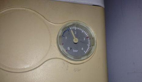 Preparar la caldera y la calefacción para el invierno manómetro