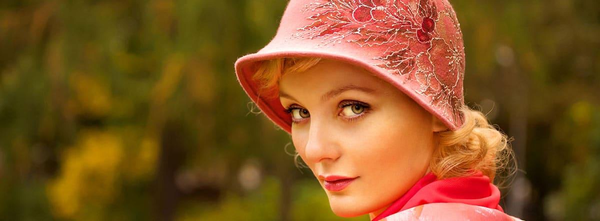 Mujer con gorro rosa de fieltro