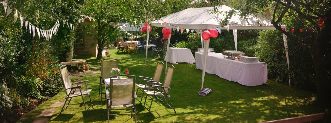 Jardín preparado para una fiesta en casa