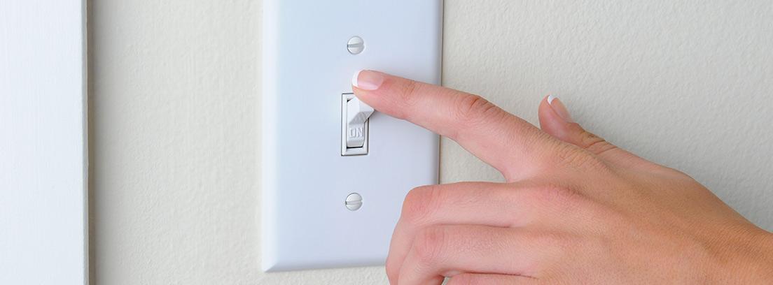 Mano pulsando un interruptor