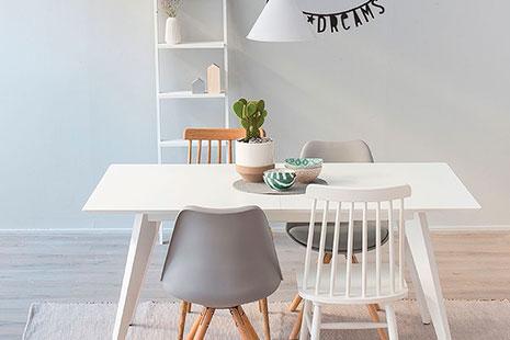 muebles de diseño una mesa con cuatro sillas lampara y estantería