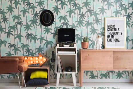 Muebles de diseño vintage y estilo industrial con papel de palmeras de pared