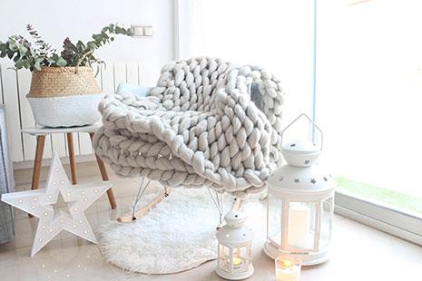 Decoración estilo nórdico con sillón de diseño