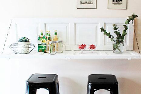 Web de diseño con mesa de pared con dos banquetas