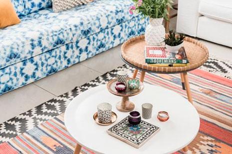 Web de diseño con mesitas de café alfombra y sofá