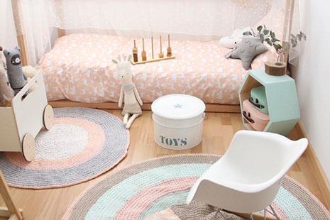 Web de diseño habitación minimalista niños con camita y juguetes
