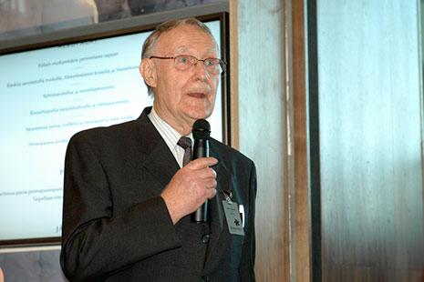 Ingvar Kamprad con microfono en la mano