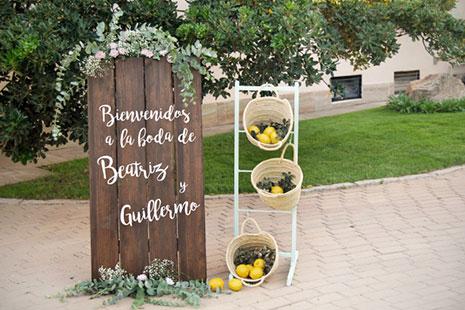 cartel bienvenida para boda de madera con cestas de fruta