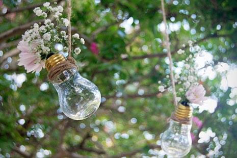 bombillas con flores colgadas para decorar