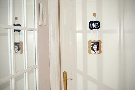 cartel de mujeres para el baño colgado en la puerta