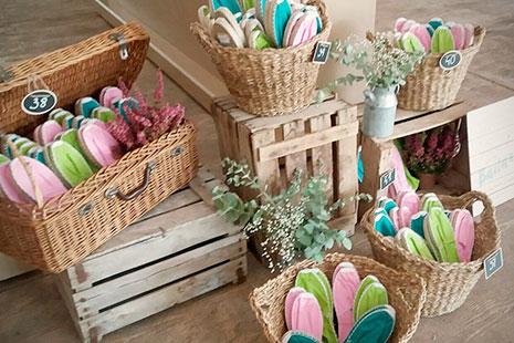 cajas de madera y cestas de mimbre con manoletinas de colores