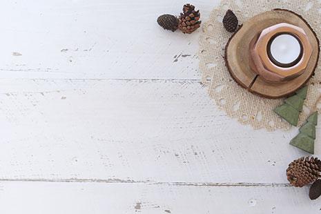 posavasos de madera con taza encima y piñas