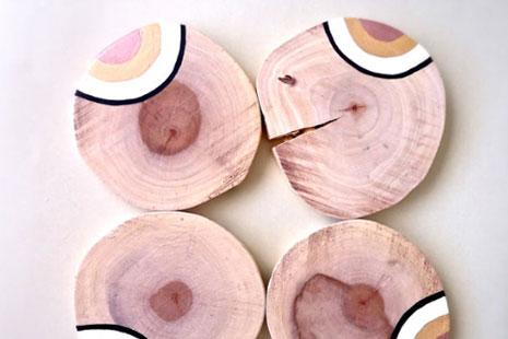 cuatro posavasos de madera decorados