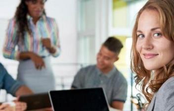 Grupo de gente reunida con ordenadores