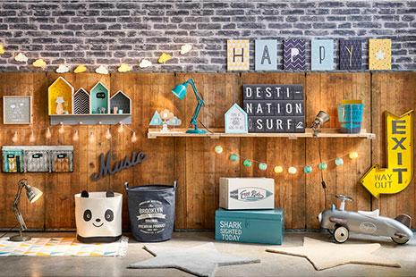 Decoración industrial en madera, azul y amarillo con carteles, señales, estanterías, cajas y cestas