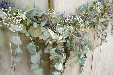 Guirnalda de eucalipto, paniculata y flores