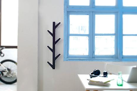 Marco de ventana de madera azul junto, pared blanca y perchero negro