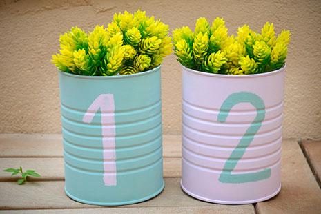Botes azul y rosa con los números 1 y 2 y unas flores amarillas