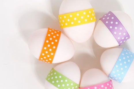 Huevos blancos con cintas de colores dispuestos en círculo