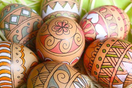 Huevos de Pascua con dibujos de colores
