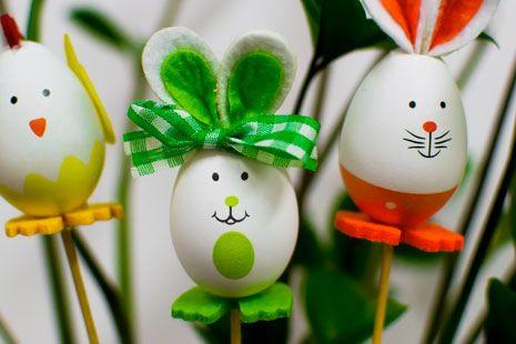 Huevos de Pascua decorados como animales de colores