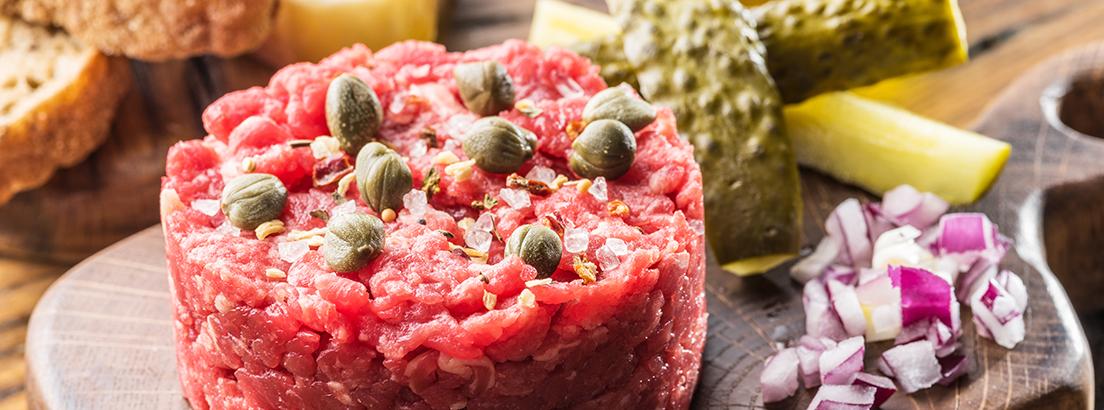 Steak tartar con alcaparras