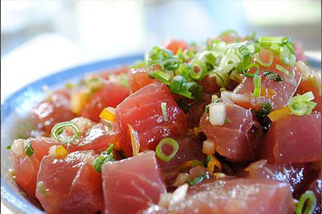 Dados de atún y verduras en un plato