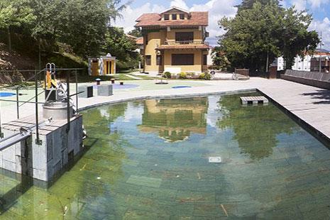 Lago artificial con casa al fondo