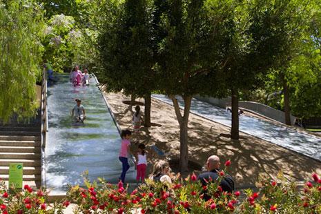 Toboganes en el Parque Diagonal Mar, Barcelona