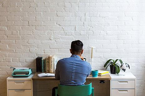 Persona en su oficina vista de espaldas
