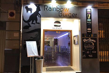Puertas e cristal con letrero sobre ella y dibujos de hamburguesas en el lateral