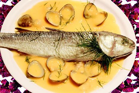 Plato con pescado, salsa amarilla y almejas