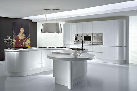 Cocina blanca y gris con isla de forma redondeada y original